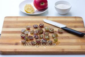 Крупный виноград помыть, разрезать на половинки, аккуратно вынуть косточки.