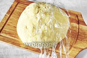 Замесить тесто в течение 8-10 минут. Оно должно получиться эластичным. Скатать в шар. Завернуть в плёнку (и в пакет, потому, что будет расти) и спрятать в холодильник на 4 часа.