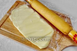 250 г холодного сливочного масла обернуть пищевой плёнкой и хорошо побить скалкой. Оно изменит свою структуру и станет мягче.
