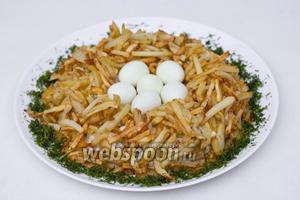 В углубление положить перепелиные яйца, вокруг «гнезда» посыпать измельчённым укропом.