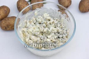Перемешать ингредиенты, заправить майонезом, немного посолить по вкусу и ещё раз перемешать.