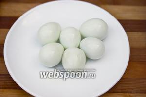 Отварить перепелиные яйца, остудить и аккуратно почистить.