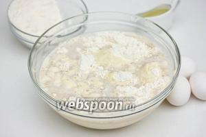 В глубокую миску наливаем 1 л тёплой кипячённой воды, выливаем в неё разведённые дрожжи с сахаром, всыпаем манную крупу, соль, и муку.