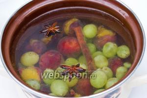 Закипятить воду и всыпать в неё сливы, виноград, сахар, положить палочку корицы и звёздочки аниса. Проварить кампот около 5 минут, вынуть пряности, и варить на медленном огне ещё 5 минут.