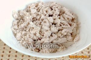 Добавить остывшее и мелко нарезанное куриное филе.