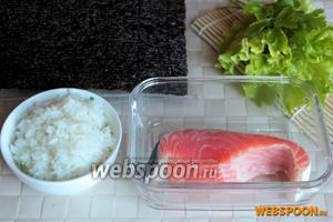 Для приготовления роллов кадзари «вишня» понадобится красная слабосолёная морская рыба, готовый рис для суши, лист салата или веточка петрушки и лист нори.