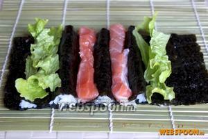 В центральные углубления уложите кусочки рыбы, а по краям зелень салата или петрушки.