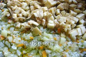 Вырезанную мякоть баклажан нарезать также мелкими кубиками. Слегка обжарить на оливковом масле лук, перец, морковь, добавить измельчённый укроп и мякоть баклажан. Немного обжарить, посолив по вкусу.