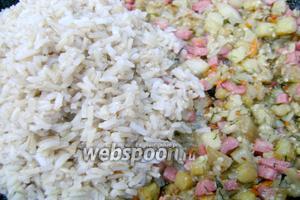 К обжаренным овощам добавить нарезанную колбасу и предварительно отваренный в подсоленной воде рис. Помидоры мелко нарезать и также добавить в фарш. Поперчить по вкусу и перемешать. Начинка готова.