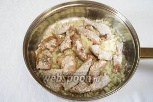 Ломтики печени обвалять в небольшом количестве муки (50-80 г), смешать с жареным луком, жарить до румяности.