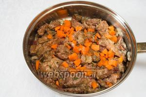 Добавить кубики 1 моркови (можно потереть на тёрку), соль (5 г), специи (3 г). Тушить 5 минут. Добавить вино (80 мл), подержать на огне ещё 30 секунд. Снять с плиты. Остудить.