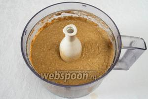 Пюрировать печень с овощами в блендере. Добавить размягчённое сливочное масло (135 г). Размешать.