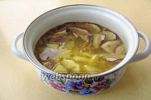 Опустить картофель в кастрюлю и поварить до мягкости.