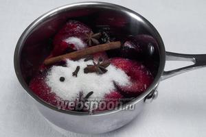 Сливы помыть, просушить, разрезать на две половинки, вынуть косточки, засыпать сахаром, залить вином, положить специи. Поставить на медленный огонь. Тушить под крышкой 30 минут. Добавить уксус. Перемешать.
