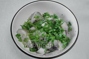 Рыбу помыть, почистить, нарезать порционными кусками, взбрызнуть лимонным соком, посолить, поперчить, посыпать нарезанной кинзой. Поставить в холодильник на 15 минут мариноваться.