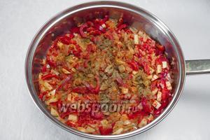 Залить томатом, посыпать смесью специй. Протушить 1 минуту.