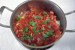 На дно кастрюли выложить часть овощной смеси, на неё сверху разложить маринованную рыбу. Сверху залить остальной овощной смесью. Тушить 40 минут.