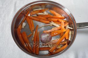 Овощи помыть просушить, нарезать вдоль на узкие полоски, у чеснока срезать низ головки. На сильно нагретой сковороде обжарить овощи для гарнира.