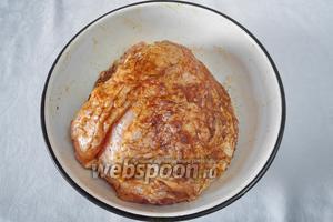 Мясо обмыть, просушить. Натереть специями. С помощью длинного тонкого ножа нашпиговать корнеплодами и чесноком.
