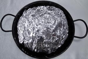 Сверху выложить мясо. Хорошо закрыть в фольге. Уложить на противень. Запекать в разогретой до 200 °С духовке в течение 20 минут, потом температуру снизить до 180 °С и запекать ещё 60 минут.