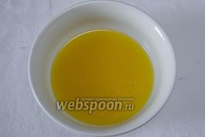 Тем временем приготовить смесь для глазирования. Смешать оливковое масло с лимонным соком, добавить мёд. Через 1 час 20 минут вынуть мясо, аккуратно развернуть его и полить медовой смесью. Снова отправить его в духовку в открытом виде на 15 минут для запекания.