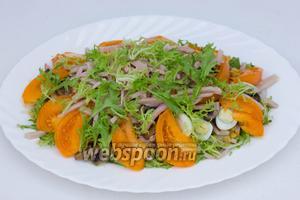 Последним слоем выкладываем оставшиеся салатные листья.
