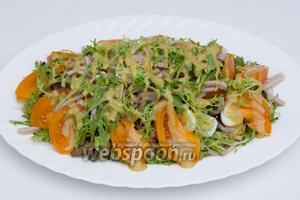 Щедро поливаем салат заправкой и даём постоять перед подачей к столу около 10 минут.