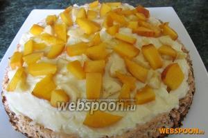 Нарезанные небольшими кусочками персик и банан выложить на крем, отложив несколько кусочков персика для украшения.