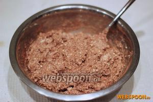 Вмешиваем ванильный сахар, обычный сахар и какао.