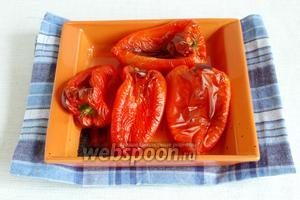 Перцы промыть, выложить в огнеупорную форму. Поставить в духовку и запекать 30 минут при температуре 200 °C. Горячие перцы вынуть из духовки, положить в пищевой пакет на 15 минут.