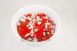 Затем аккуратно удалить плодоножку и семена, мякоть крупно нарезать.  Подавать вместе с луком.