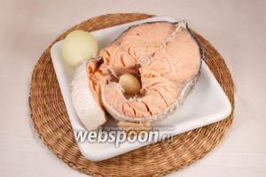 Сёмгу ополоснуть. Лук и чеснок почистить. Рыбу и овощи положить в кипящую подсоленную воду, варить на слабом огне 15 минут. Вынуть. Остудить.
