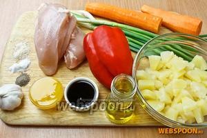 Подготовим основные продукты: ананасы консервированные, перец сладкий красный, 2 куриные грудки, морковь, чеснок, зелёный лук и специи.