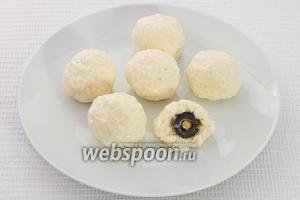 Теперь нужно сделать из сырной массы шарик и вставить в него фаршированную маслину.