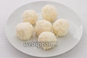 Обкатываем шарики в кокосовую стружку. Блюдо готово.