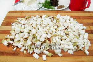 Белые грибы необходимо тщательно помыть под проточной водой, ножом почистить ножки и нарезать мелкими кубиками.