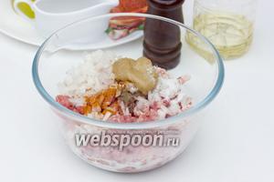 Также добавляем в фарш горчицу, мускатный орех, чёрный и красный молотый перец, солим по вкусу, вливаем сливки.