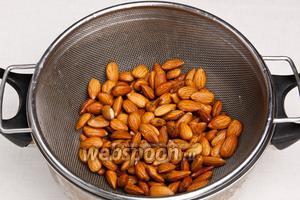 Слить воду и подержать орехи около минуты под напором холодной воды.