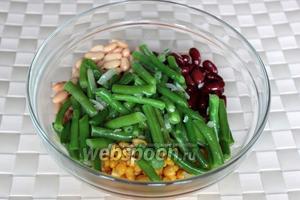 Немного остывшие фасоль с луком добавьте к остальным ингредиентам и перемешайте.