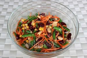 Заправкой салата будет то масло, в котором тушилась фасоль с луком и чесноком, а дополнительную пикантность придаст морковь по-корейски. Приятного аппетита!