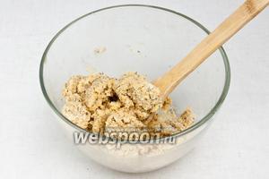 Добавить жидкую массу к муке с травами и перемешать. Консистенция должная быть достаточно липкой, чтобы можно было расскатать тонким слоем и при этом тесто не сыпалось.