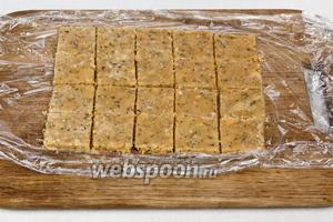 Разрезать тесто на квадраты.