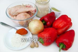 Для приготовления паприкаша нам понадобится: сладкий перец, курица, репчатый лук, чеснок, сметана, рафинированное растительное масло, мука, молотая паприка, соль, чёрный молотый перец.