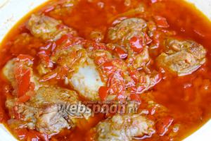 В итоге куриное мясо должно легко отходить от костей. Подаём паприкаш с макаронными изделиями, галушками, картофельным пюре или кашей!