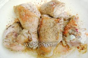 Курицу посолить, поперчить и обжарить до золотистой корочки в небольшом количестве рафинированного масла.