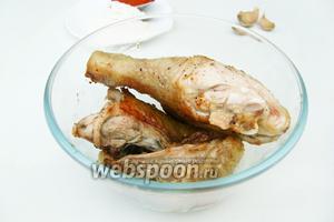 Когда курица обжарится, выкладываем её и накрываем фольгой, чтобы сохранить тепло.