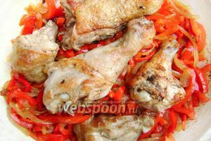 Когда перец станет мягким, возвращаем в сковороду курицу. Тушим под крышкой около 30 минут на слабом огне, периодически переворачивая.