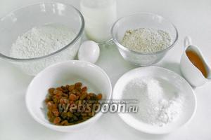 Для приготовления овсяных оладий с изюмом нам понадобится овсяная мука, пшеничная мука, яйцо, сахар, сода, соль, изюм, кефир, рафинированное подсолнечное масло.