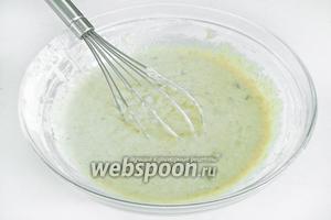 Перемешать венчиком до получения однородного теста сметанной консистенции. Если получается слишком густое тесто, влейте ещё немного кефира, если же жидкое — добавьте пшеничной муки.