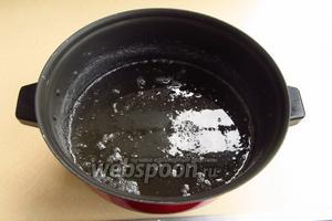 Сахар растворить в горячей воде, довести до кипения при постоянном помешивании и прокипятить в течение 2–3 минут. Затем раствор профильтровать через прокипяченную фланель или сложенную в 3–4 слоя марлю и снова довести до кипения.